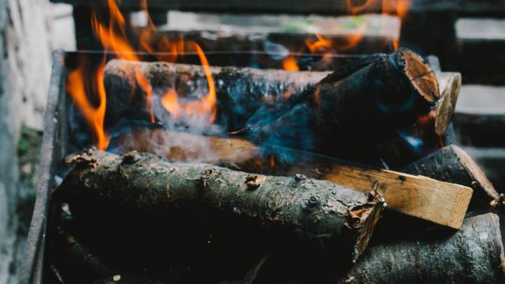 Gusseisenbräter über offenem Feuer